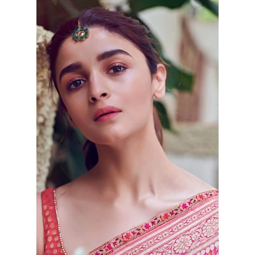 Hot suckking photo face of Alia Bhatt in Maang Tikka Alia bhatt hot face with maang tikka - open mouth latest pics